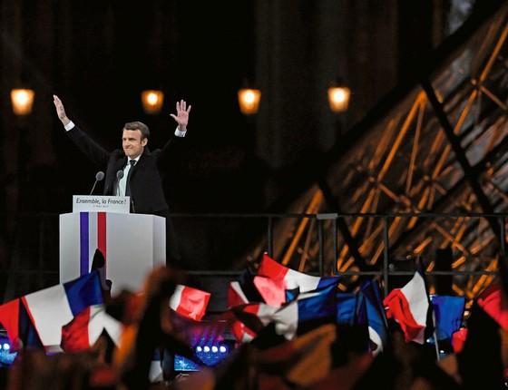 Macron saúda eleitores após a vitória .Sua eleição gerou uma onda de alívio (Foto: Jeff J Mitchell/Getty Images)