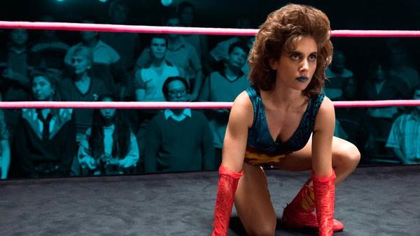 Antes de estrar em GLOW, Alison Brie teve aula de luta-livre com o elenco e preparou o corpo com seu personal trainer Jason Walsh (Foto: Divulgação)