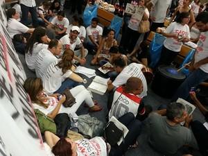Professores protestam após a rejeição de uma emenda do projeto de Auxílio Locomoção (Foto: Eduardo Silva/TV Anhanguera)