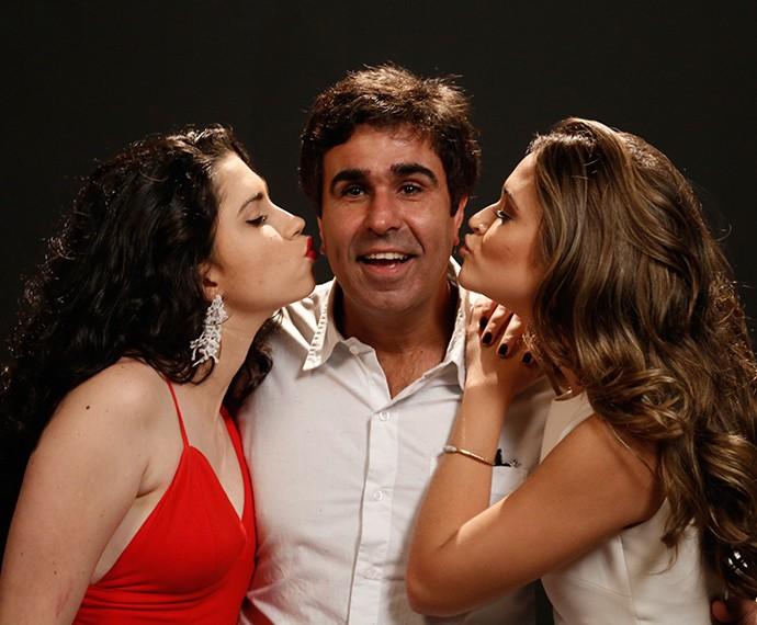 Orã Figueiredo ganha beijo das filhas na ficção Olivia Torres e Juliana Paiva (Foto: Raphael Dias/Gshow)