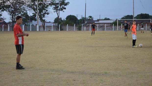 Técnico Chicão orienta equipe Sub-16 do Pimentense (Foto: Magda Oliveira)