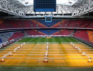 Estádio Amsterdan Arena máquinas gramado (Foto: Divulgação)