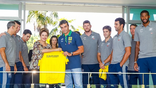 A presidente Dilma Rousseff exibe camisa da seleção de vôlei com seu nome estampado (Foto: Roberto Stuckert Filho/PR)