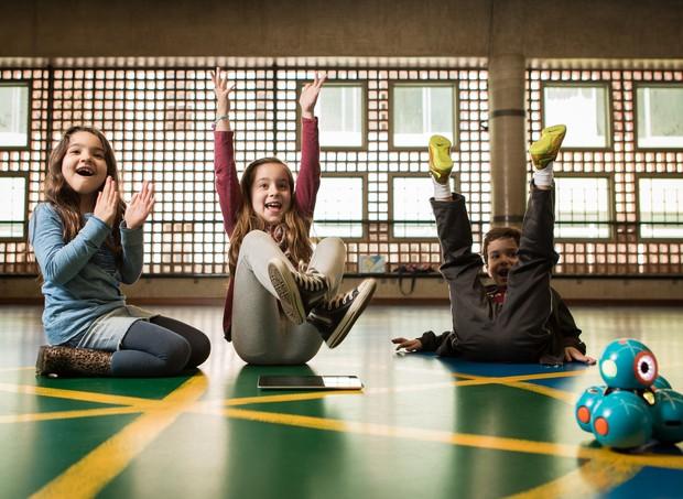 Alunos aprendendo a se comunicar com um computador (Foto: Marcus Steinmeyer)
