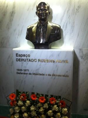 Busto de Rubens Paiva na Câmara (Foto: Laura Tizzo/G1)