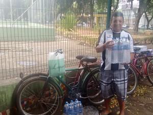 Paulo Alves conseguiu pegar 12 garrafas de água mineral com 1,5 litro cada (Foto: Diego Souza/G1)