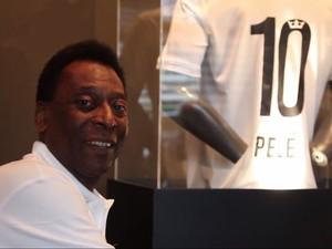 Pelé posa ao lado de busto (Foto: Reprodução/Santos TV)
