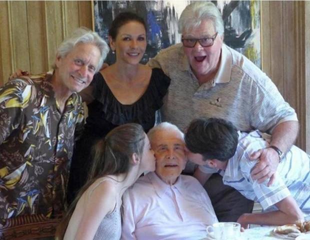 Família de Kirk Douglas surge em linda foto publicada pelo neto Dylan Douglas (Foto: reprodução/Instagram)