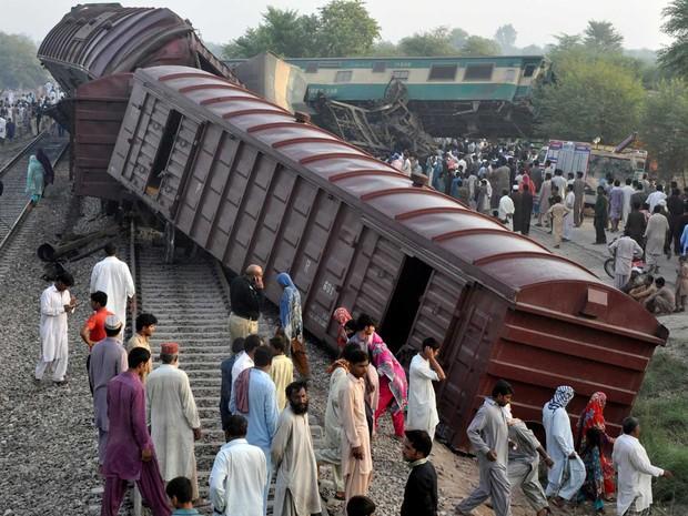 Muito moradores foram ao local para ajudar no resgate de vítimas ou apenas para observar (Foto: Khalid Chaudry / Reuters)