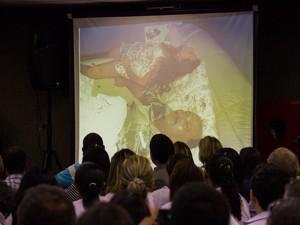 Badan Palhares mostra fotos que contribuíram para conclusão de laudo pericial (Foto: Jonathan Lins/G1)