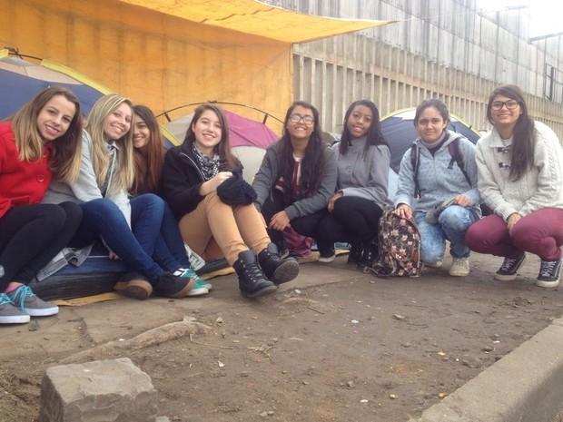 Fãs dividem barraca na fila para o show da banda Fifth Harmony em Porto Alegre (Foto: Joyce Heurich/G1)
