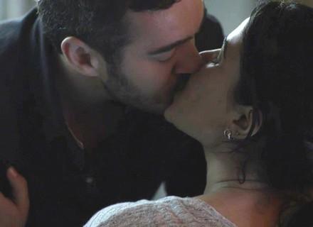 Domênico e Antônia se beijam na delegacia