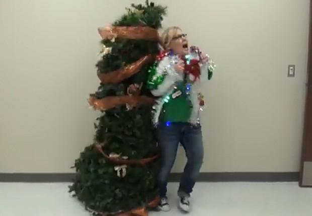 Árvore de Natal dá susto em funcionária durante pegadinha em colégio nos EUA (Foto: Reprodução/YouTube/KilgoreMedia)