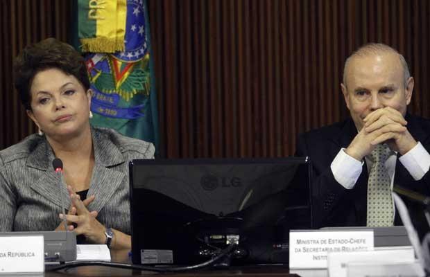 A presidente Dilma Rousseff e o ministro da Fazenda, Guido Mantega, em reunião com o Conselho Político nesta segunda-feira (29) (Foto: Reuters)