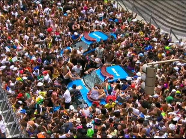 Uma multidão cerca o carro da PM na Cinelândia (Foto: Reprodução/TV Globo)