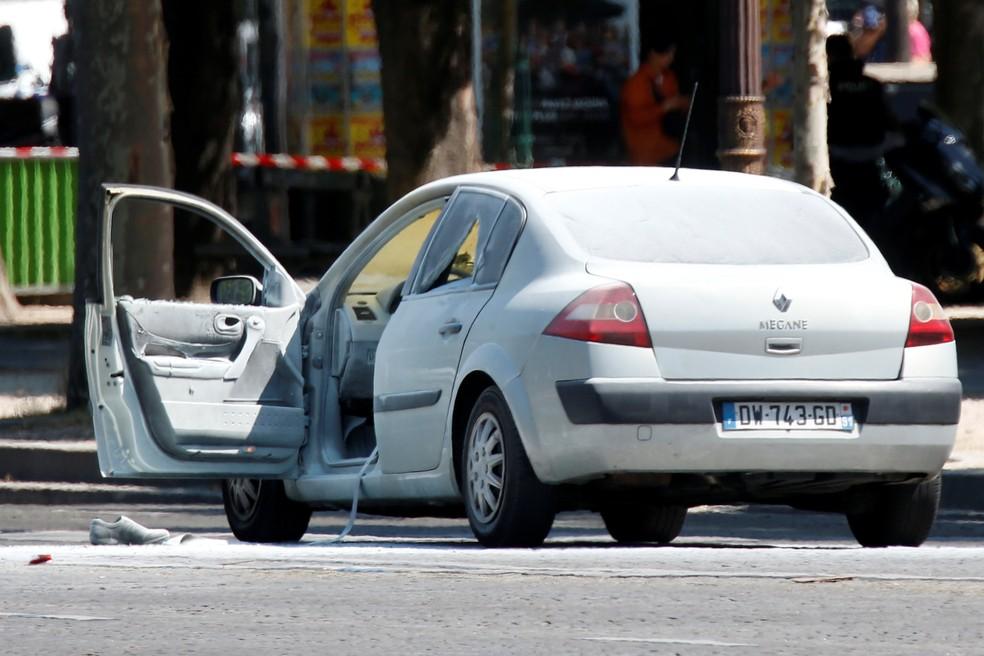 Carro que bateu em van da polícia na avenida Champs Elysees, em Paris (Foto: Reuters/Charles Platiau)