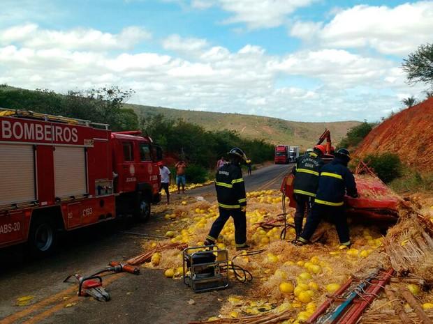 Carga de melões foi derrubada na rodovia após acidente, na manhã desta quinta-feira (Foto: Divulgação/ Corpo de Bombeiros)