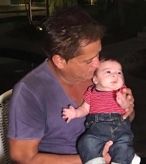 Leonardo posa com o netinho Noah (Foto: Arquivo Pessoal)
