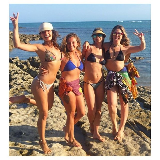 Isis Valverde curte praia com amigas (Foto: Instagram / Reprodução)