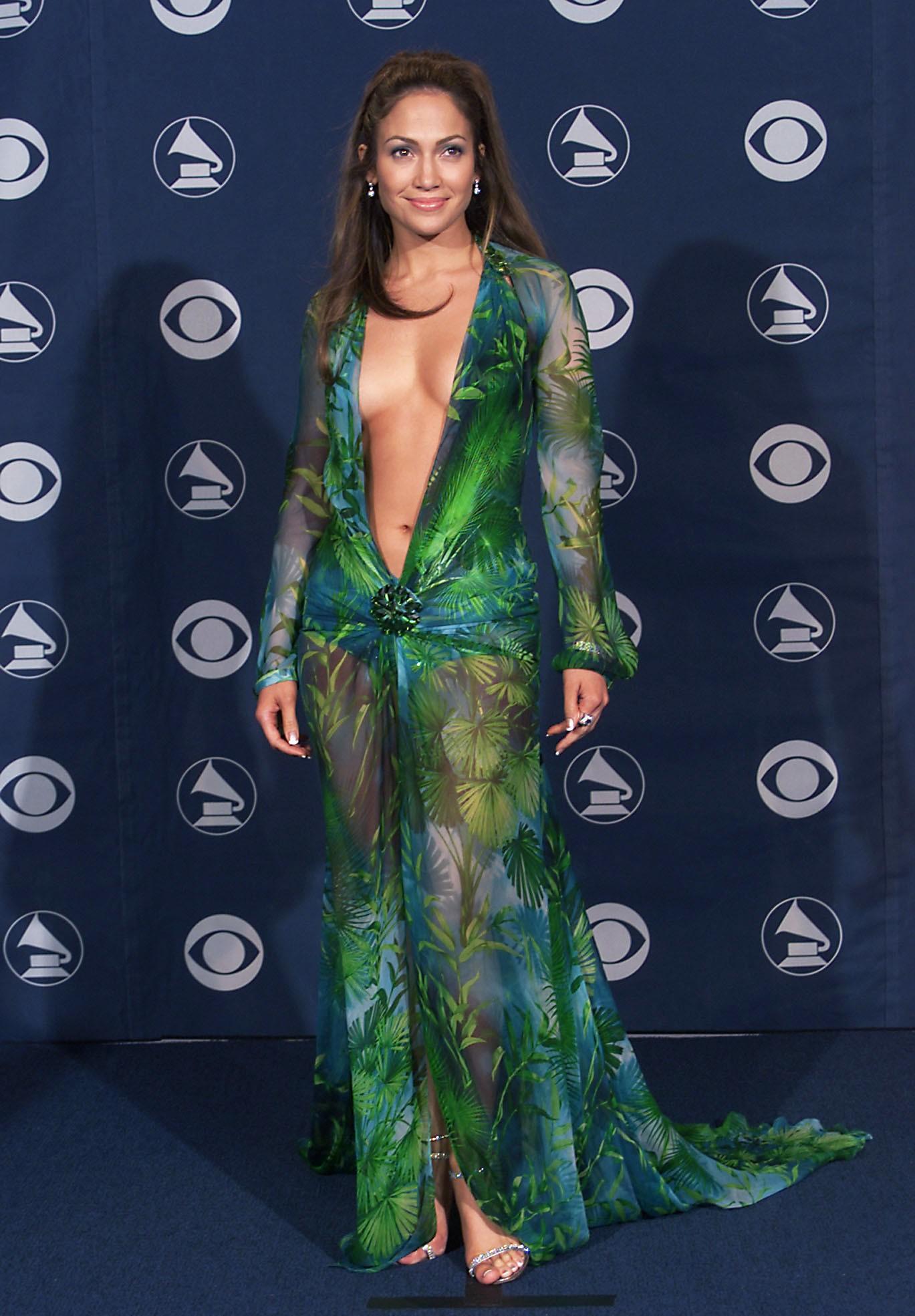 O Versace verde utilizado por J-Lo em 2000 teve um dos decotes mais reveladores da história do prêmio. (Foto: Getty Images)