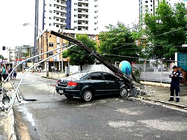 Carro colide com poste na Avenida Aguanambi, em Fortaleza