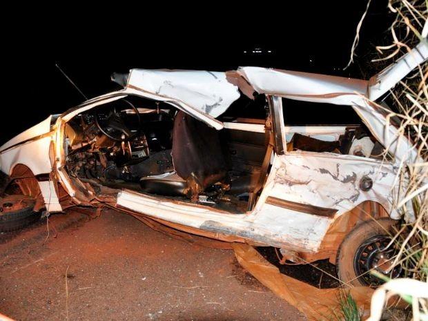 Carro de passeio dirigido pela vítima ficou destruído (Foto: Márcio Rogério/ Nova News)
