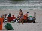 Christine Fernandes faz caminhada nas areias da Barra da Tijuca