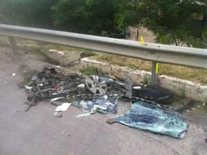 Destroços do Fiat que bateu numa carreta na BR-101, em Rio Bonito (Foto: Heitor Moreira/ InterTV)