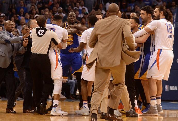 Jogadores de Thunder e Warriors trocaram empurrões em confusão durante o jogo (Foto: Reuters/Mark D. Smith-USA TODAY Sports)