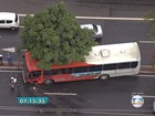 Belo Horizonte - 7h20: Ônibus e carro batem na Avenida Amazonas