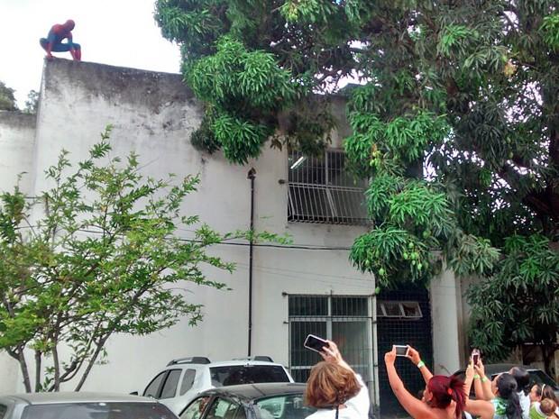 Homem Aranha descendo do telhado do hospital foi um dos pontos altos da comemoração (Foto: Cláudia Ferreira/G1)