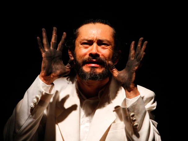 Dinho Lima Flor em cena do monólogo (Foto: divulgação)