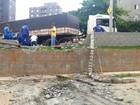 Caminhão perde freio, destrói muro e invade estacionamento em Piracicaba