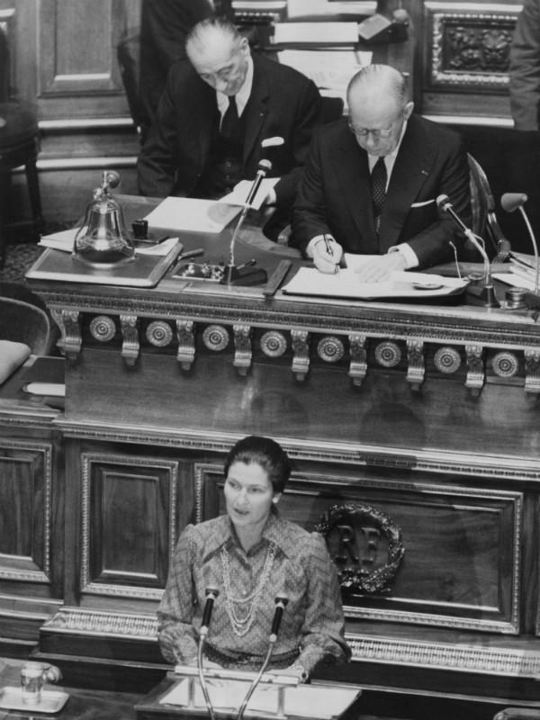 Simone Veil durante seu discurso sobre descriminalização do aborto (Foto: Getty Images)