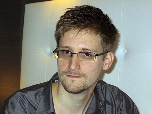 Analista de uma empresa de defesa dos EUA, Edward Snowden, de 29 anos, é fotografado em quarto de hotel de Hong Kong neste sábado (9) (Foto: Ewen MacAskill/The Guardian/Reuters)