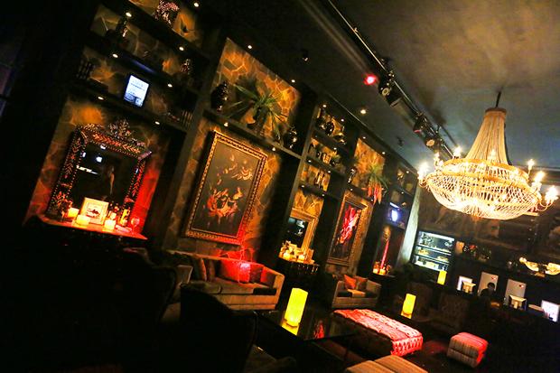 Um dos ambientes da Posh, decorado com obras neoclássicas (Foto: Divulgação)