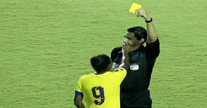 Jogdora xinga e arranca apito da boca do árbitro  (Foto: Reprodução/TV Brasil)