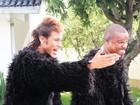 Neymar de veste de 'King Kong' para gravar clipe de Alexandre Pires