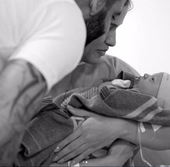 Os pais com Gabriel nos braços (Foto: Instagram)