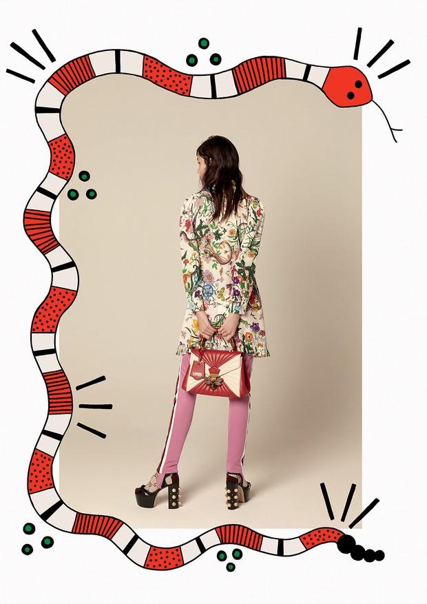 Vestido (R$ 8.690), calça de jérsei (R$ 3.370), bolsa (R$ 13.760), meia (R$ 490) e sandálias (R$ 5.200) (Foto: Ana Strumpf e Verena Smit)