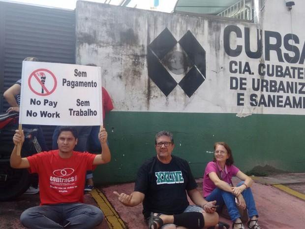 Trabalhadores fazem protesto em frente a Cursan, em Cubatão (Foto: Divulgação/Sindilimpeza)