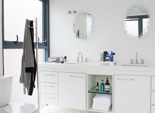 Banheiro com azulejos e armários brancos. Imagem produzida para a matéria sobre o apartamento da empresária sócio-diretora da Vimer, Camila Salek (Foto: Lufe Gomes / Editora Globo)