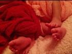 Natália Guimaraes mostra os pés das filhas gêmeas em rede social