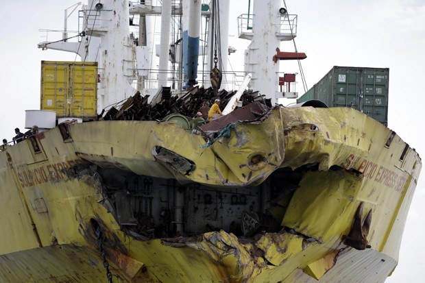 Detalhe da proa do navio cargueiro nas Filpinas (Foto: Bullit Marquez/AP)