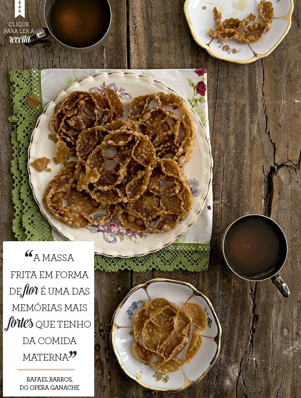 O cartellate é uma massa de farinha e vinho branco, regada com calda de mel e mais vinho branco. Pratos e xícaras Ella Arts, guardanapo Atelier Casa Tua (Foto: Cacá Bratke/Editora Globo)