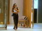 Isis Valverde passeia com cachorrinho em shopping no Rio