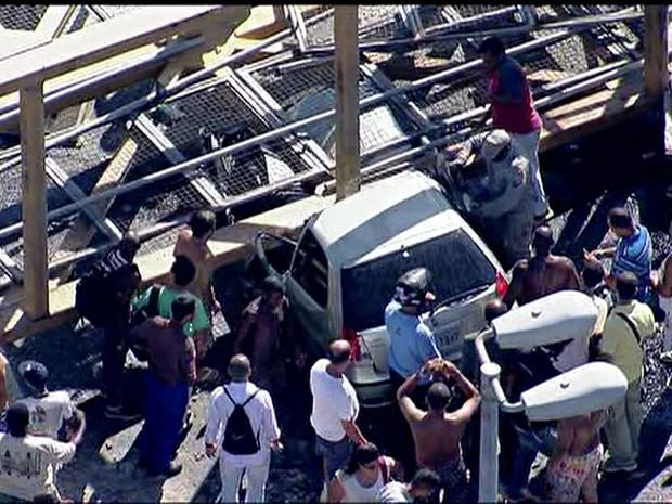 Carreta derruba passarela e deixa feridos no Rio (Foto: Reprodução)