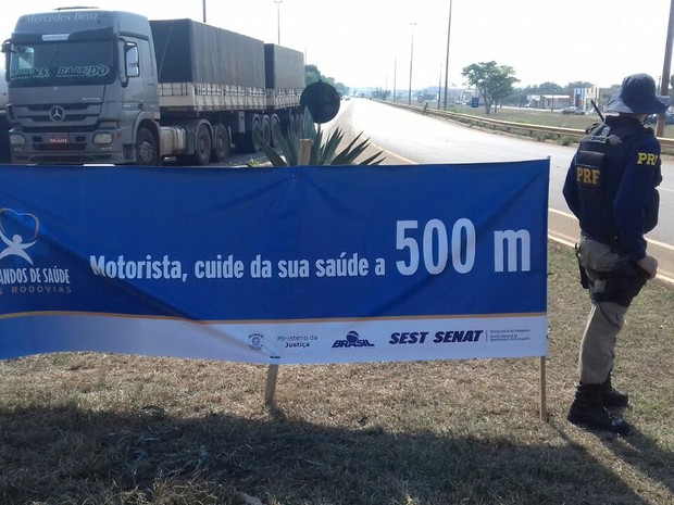 Ação foi realizada em uma tenda instalada na Avenida Celso Mazutti (Foto: PRF/Divulgação)