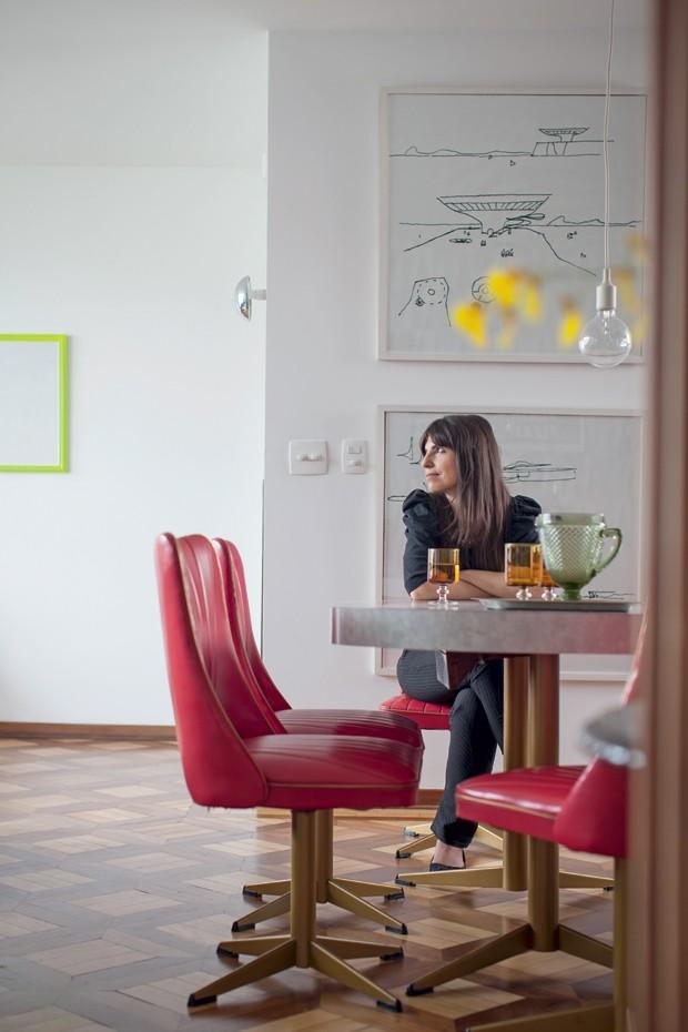 Jantar | Lara posa na mesa de laminado desenhado da Formica que foi adquirida com o conjunto de cadeiras no antiquário gaúcho Entre Outras Coisas (Foto: Gui Morelli/Editora Globo)