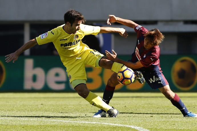 Manu Trigueros disputa bola com Takashi Inui no jogo Eibar x Villarreal (Foto: EFE/Javier Etxezarreta)